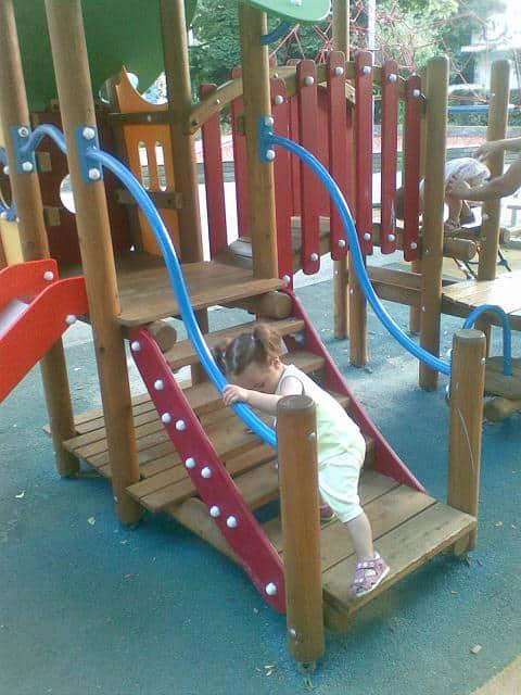 Детска дървена катерушка-пързалка