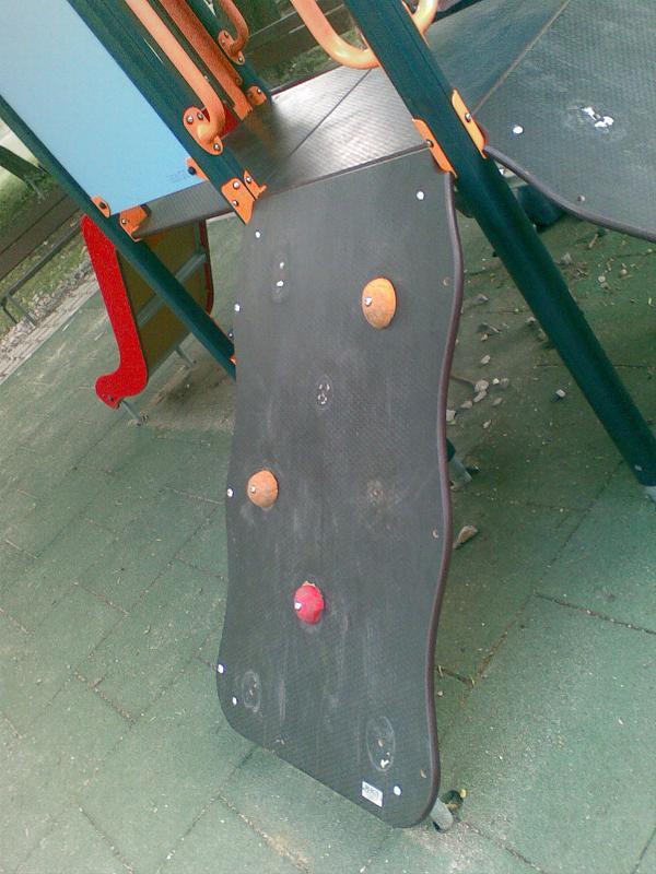 Съсипана детска пързалка