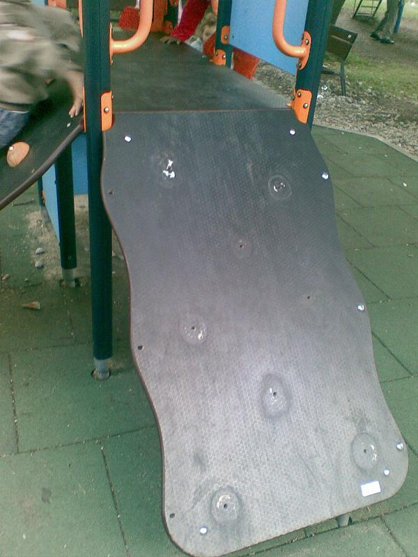 Детската пързалка - вече счупена