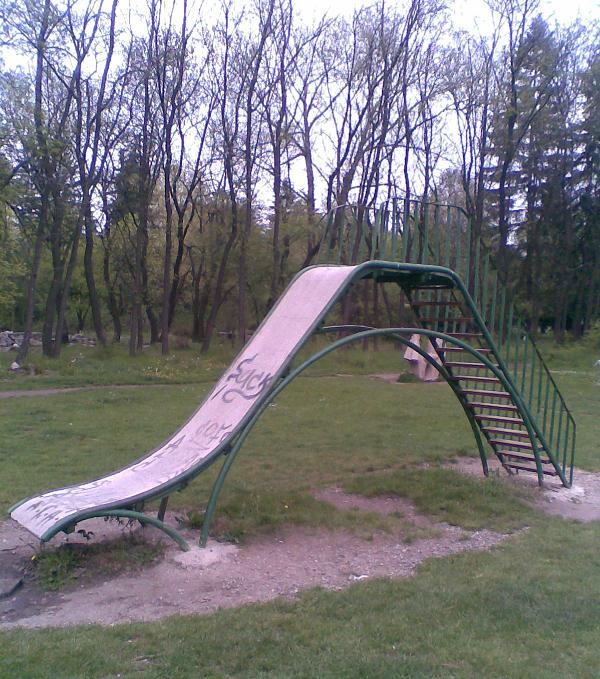 Детска пързалка - уникално грозна и още по-опасна