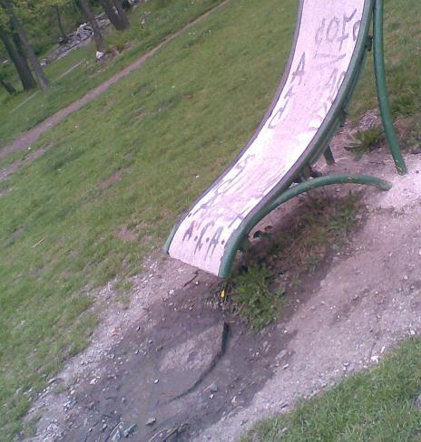 Детска пързалка след дъжд